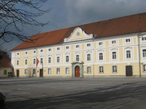 Dvorec Sela stoji ob Zaloški cesti, zgrajen je bil v 18. stoletju kot letovišče za jezuite iz Trsta.