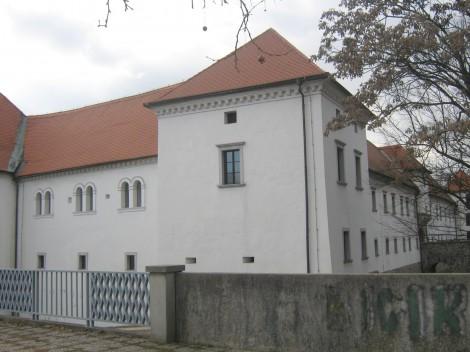 Grad Fužine, utrjen renesančni dvorec postavljen med leti 1528 in 1557. Danes je v njem Arhitekturni muzej in stalna razstava Arhitekt Jože Plečnik.