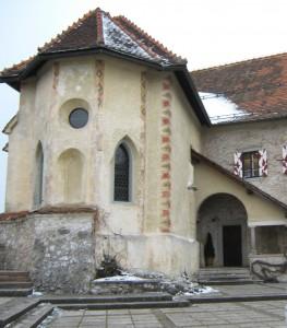 Blejski grad.Po pisnih virih je najstarejši v Sloveniji, saj je omenjen že 1011 leta. 1004 pa se na tem mestu omenja stolp. Na sliki je gotska kapela iz 16. stoletja, kasneje okoli leta 1700 poslikana s freskami.