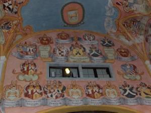 Grajska kapela sv. Jurija poslikana z deželnimi grbi, kar je v sakralnih objektih redkost.
