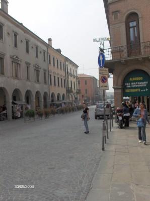 Mestne ulice starega mestnega jedra Padove. Pot vodi do bazilike sv. Antona Padovanskega. Ob poti je veliko malih kavarnic z odlično kavo.