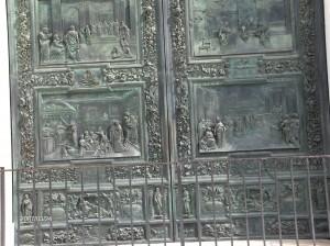 Bronasta vrata portala skozi katerega pridemo v cerkev so delo arhitekta Bonanna, prvega arhitekta poševnega stolpa.