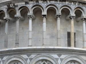 Delček poševnega stolpa v Pisi.