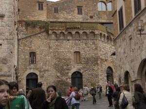 Glavni trg v mestu je še povsem srednjeveški.