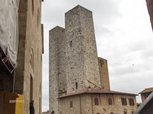 San Gimignano je majhno mestece, iz enega konca na drugi se pride v slabih 15 minutah. Danes je po ozkih ulicah vse polno trgovinic in gostilnic, kjer lahko poskusite poleg običajnih italijanskih dobrot tudi znano toskansko vino chianti.