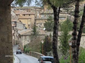 Majhno srednjeveško mestece San Gimignano leži nad slikovitimi toskanskimi griči.