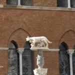 Volkulja pred katedralo v Sieni.