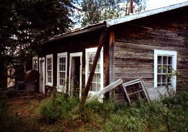 Šola na Aljaski, kjer je živela in poučevala Ann Hobbs, Tisha. Slika je na spletu chickenalaska.com.