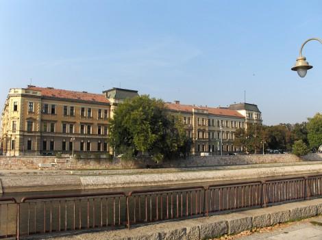 Stavba univerze v Nišu, ob reki Nišavi.