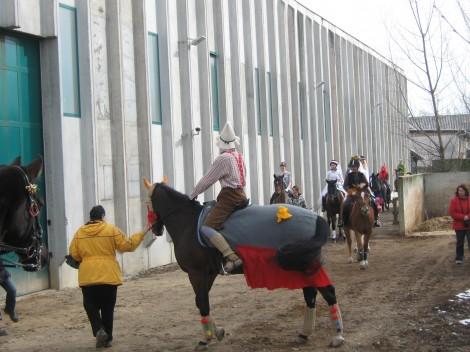 Pustna procesija na konjih.