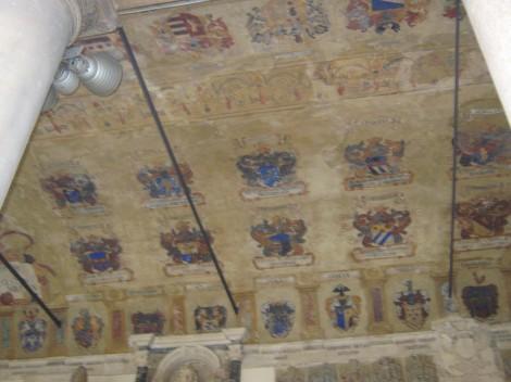 Strop univerze v zunanjih arkadah atrija je poslikan z grbi.