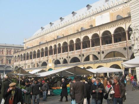 Stari del mestne hiše, ki ločuje dva trga, zelenjavni in sadni trg.