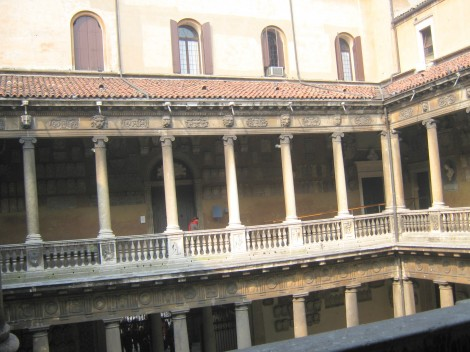 Arkade v dveh nadstropjih, viden je tudi glavni vhod v univerzo v Padovi.