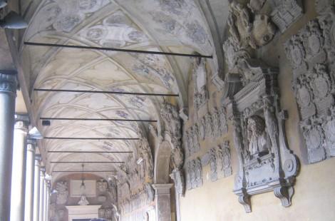 Zunanji hodnik pod arkadami.
