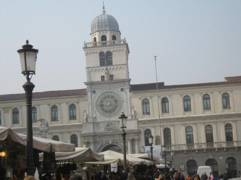 Gosposki trg. Stolp z uro je tak kot v Benetkah, vendar je ta v Padovi starejši.
