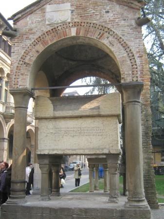 Nasproti hiše v kateri je bival Dante stoji sarkofag Antenora, ustanovitelja Padove.