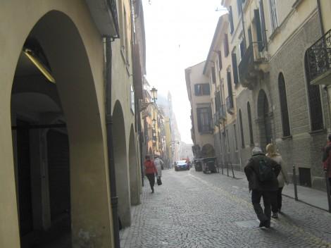 Mestne uličice in hiše z arkadami.