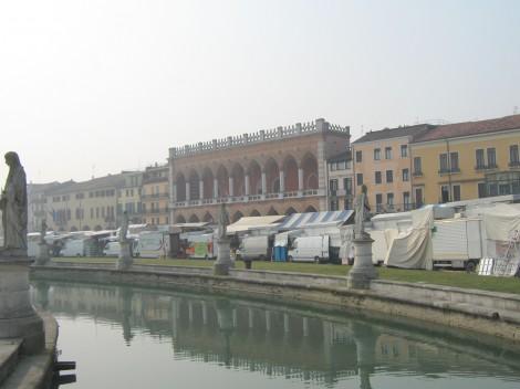 Prato della Valle, največji trg v Padovi je obdan z jarkom in kipi znamenitih osebnosti. Ob sobotah pa šuštarskim sejmom.
