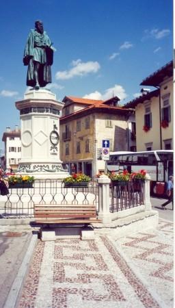 Spomenik slavnemu slikarju Tizianu v njegovem rojstnem kraju.