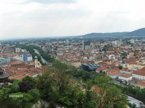 Pogled na Graz in reko Muro z grajskeg hriba.