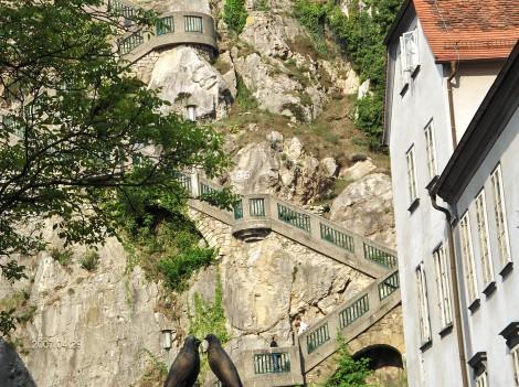 Po stopnicah pridemo do znamenite ure, ki je na grajskem hribu.