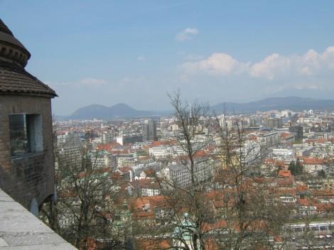 Z Ljubljanskega grada je čudovit razgled na Ljubljano in ob lepem vremenu tudi na Kamniške alpe.