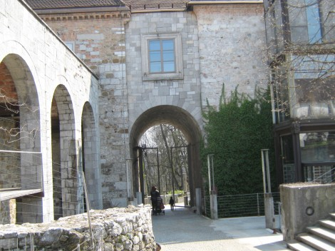 Vhodna vrata na grajsko dvorišče.