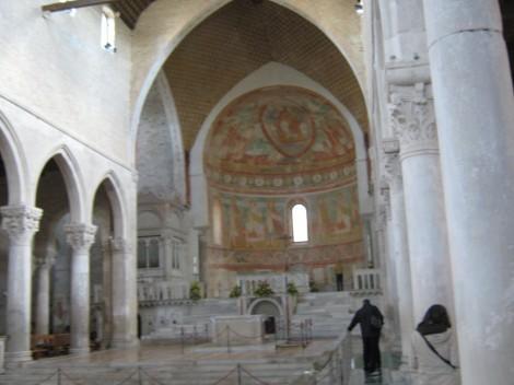 Glavni oltar in apsida s freskami iz 11. stoletja.