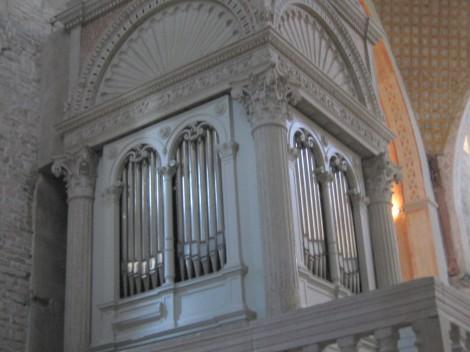 Orgle vdelane v baldahin, izdelali so jih na Dunaju leta 1896.