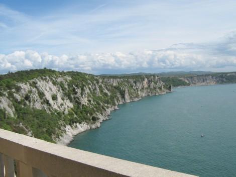 Čudovit razgled z gradu na morje in Rilkejevo pot.