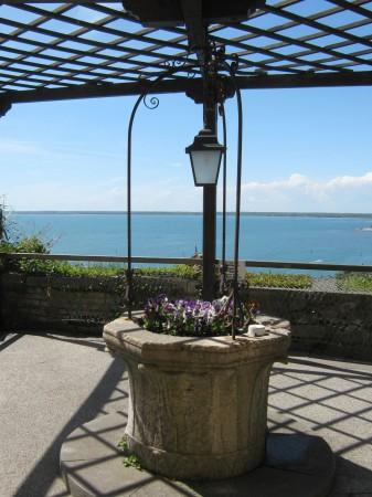 Ena od številnih teras na gradu Devin s pogledom na morje.