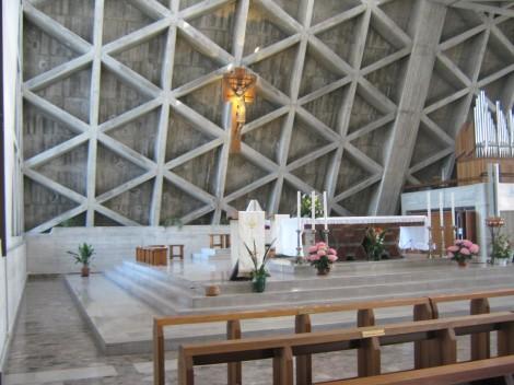 notranjost cerkve z oltarjem