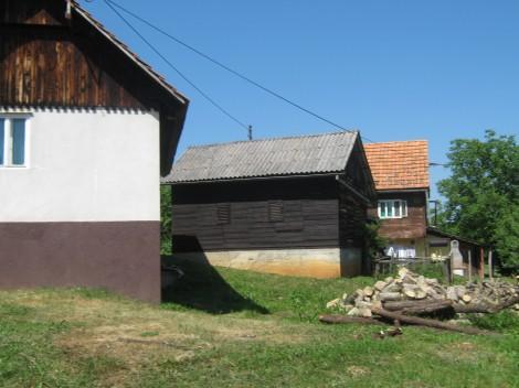 Nekoč so živele velike družine, v katerih je bilo več generacij. Imeli so skupne prostore, za zakonski par pa so bile namenjene take manjše hiške, da je imel par saj neka zasebnosti.