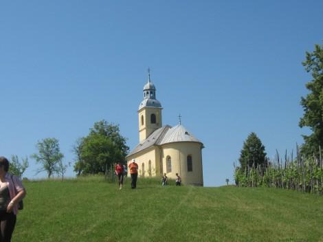 Poslovili smo se od cerkvice in se po hribu napotili do avtobusa.