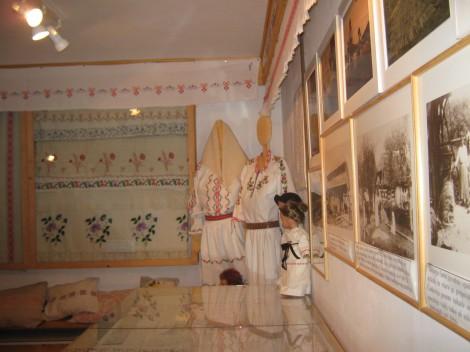 soba z razstavljenimi vezeninami