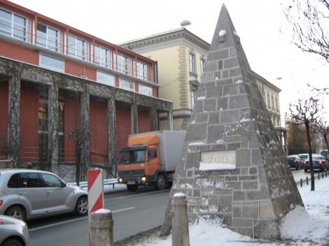Zoisova ulica. V okviru prenove Križank je Plečnik uredil tudi prostor za obzidjem. Postavil je spomenik Antonu Aškercu, spominsko piramido ter ob obzidju uredil park z lapidarijem.