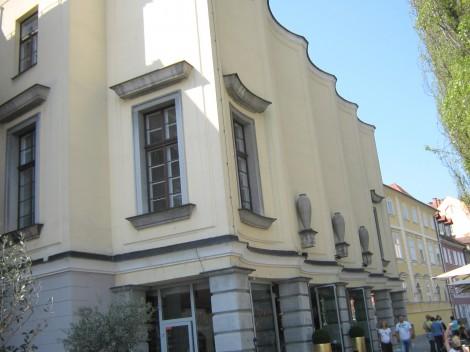 Slovenska filharmonija. Valovita fasada filharmonije, ki gleda proti Ljubljanici, je Plečnikovo delo v letu 1937.