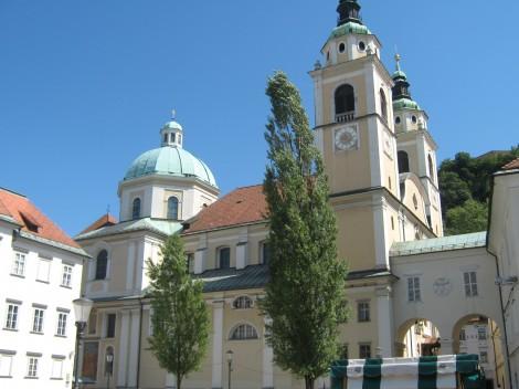 Plečnik je uredil trg med stolnico, semeniščem in škofijo.