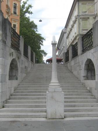 Gerberjevo stopnišče in Stolba, ki povezujeta mesto z reko. Kongresni trg, brv čez Ljubljanico in že smo na Ribjem trgu.