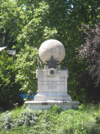 Spomenik žrtvam druge svetovne vojne v Trnovem, na Riharjevi ulici. Posebnost spomenika je, da je sestavljen iz treh geometrijskih likov. Valja, kocke in krogle.