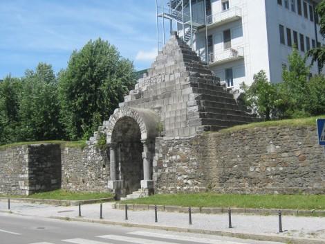 Rimski zid. Skozi južno obzidje rimske Emone je Plečnik prebil dva prehoda, ker je bil zid ovira za širitev mesta proti jugu.