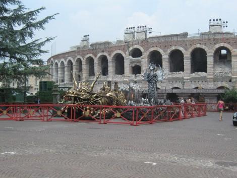 Rekviziti pred areno v Veroni za različne operne spektakle.