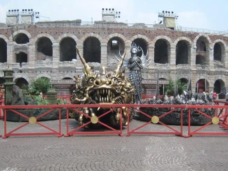 Pred areno stojijo rekviziti za operne predstave.
