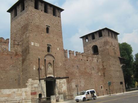 Trdnjava družine Scaligeri, ki je vladal v Veroni s trdo roko in ustrahovanjem.