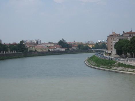 Pogled na Adižo s Scaligerijevega mosta.