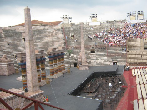...na oder, na katerem bo čez nekaj minut operni spektakel Aida.