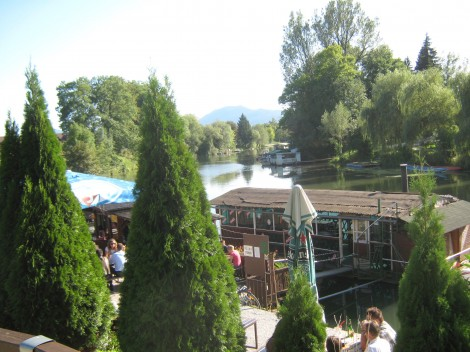 Plavajoče kavarnice na Ljubljanici.