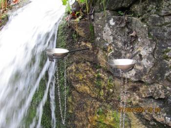 Tukaj se lahko odločimo, ali bomo pili vodo iz skodelice, ki nam omogoča srečo ali iz tiste, ki nam prinaša ljubezen.