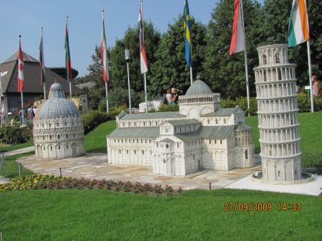 Trg čudes v Pisi, krstilnica, bazilika in poševni stolp.