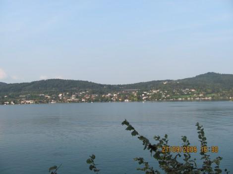 Pogled na Vrbsko jezera, s cerkvenega dvorišča.